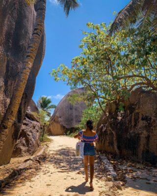 Strolling around La Digue Island with @denie91 🌴 - Se volete saperne di più su questo meraviglioso paese, date un'occhiata agli articoli sul viaggio 🏝 -> link in BIO . . . #seychelles  #ladigue #seychellesbeach #seychelles🇸🇨 #shotoniphone #instaviaggio #traveler #travelblogger #beachescape #sunset #ladigueisland #paradise #seychelles_ig #lovefortravel