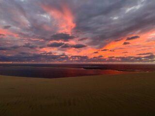 «La dune du Pilat». Si tratta della duna di sabbia più alta d'Europa, situata nel bassin d'Arcachon.   Vi consiglio assolutamente di visitare questo luogo, il paesaggio è surreale e vi sembrerà di stare in un immenso deserto!   - Se volete saperne di più leggete l'articolo sul mio blog: link in bio! ✈️🏝⛩  #dunedupilat #voyagerenfrance #cettesemainesurinstagram #travelblogger #instatravel   #OpenMyWorld #StayandWander #cettesemainesurinstagram #découvrirensemble #allthealleys #LiveLevel #topeuropephoto #discover_vacations #IamATraveler #travelawesome #beautifuldestinations #Moodygrams #GoExtraordinary #passionpassport